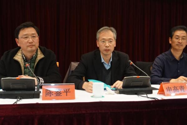 图为吴建新董事长在做协会工作报告