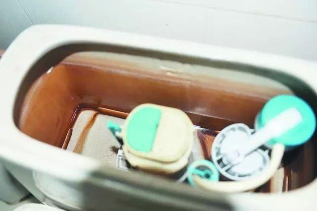 原因三 冲水量不足、出现停水等问题 解决方法: 1、如果下水量不足,可以拿下水箱盖子,调节下水量。在马桶放水按钮下面两个塑料杆,上面有旋塞可以调节塑料棒长短控制下水量。 2、假如还是不行的话,只能换马桶,可以选择虹吸式马桶,效果不错。 原因四 长期的使用,导致下水管内测沾染了污物,导致下水变小 解决方法: 可以把下水管拆下来,放到酸性物质中,把堆积的污物消除掉,再安装上,下水就会快很多。如果有软性物品堵了,可以使用一种通的软螺旋通,或者用马桶踹,如果是什么硬物,最好找专业的公司解决。