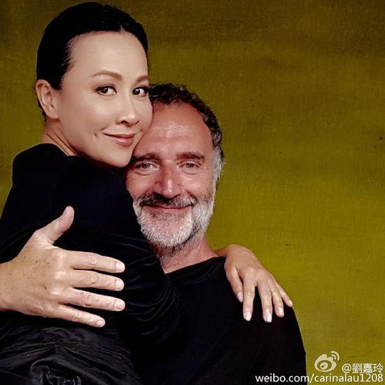 刘嘉玲被老外贴身抱起 网友:梁朝伟知道吗
